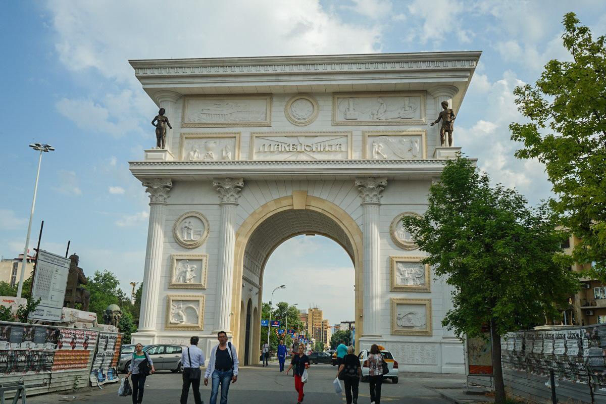 Grosser Torbogen mit Bildern zur Geschichte Mazedoniens - Sehenswürdigkeiten Skopje