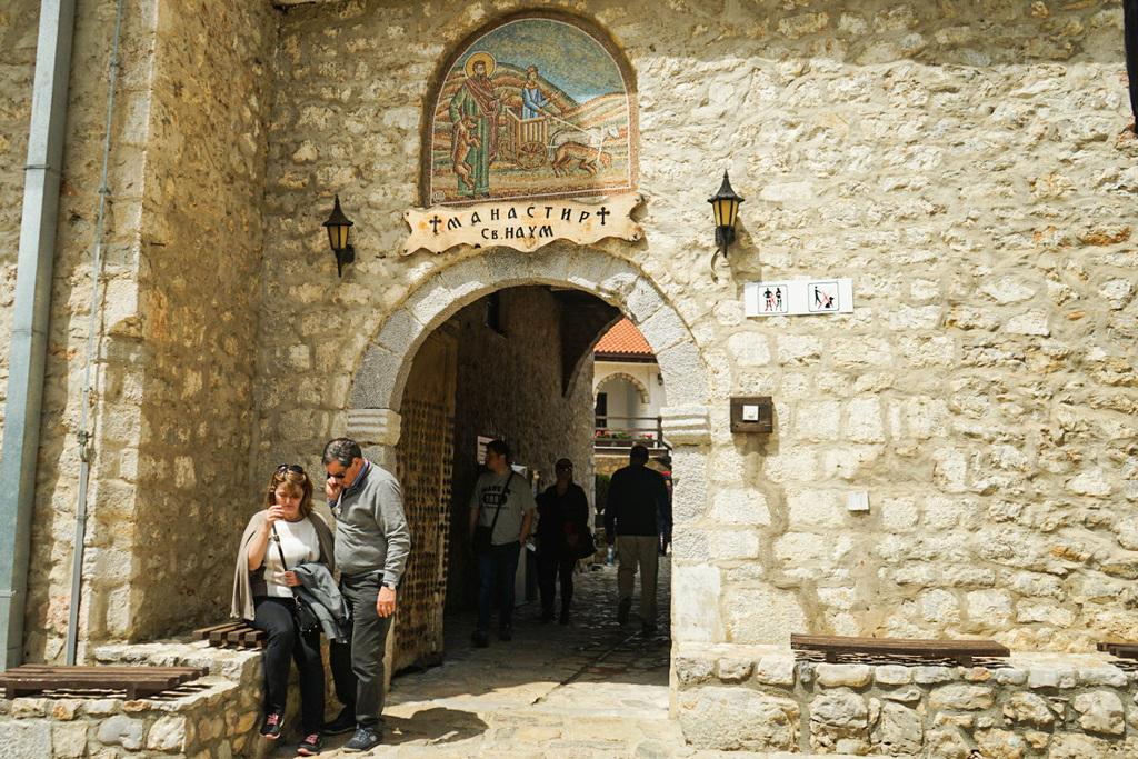 Durch die Steinmauer musst du gehen, wenn du Sveti Naum besichtigen willst. Mazedonien Sehenswürdigkeiten