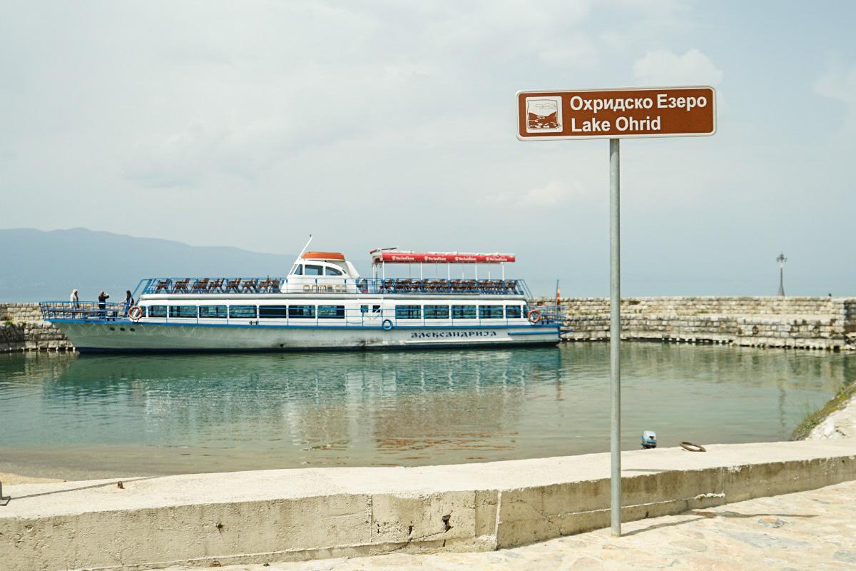 Kursschiff im Hafen von Sveti Naum auf dem Ohridsee in Mazedonien