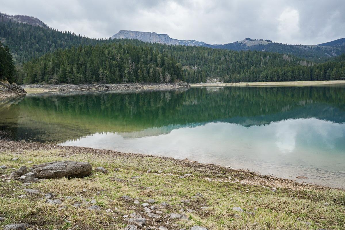 Schwarzer See, schwarzer Himmel - passt oder? Der Black Lake im Durmitor Nationalpark in Montenegro