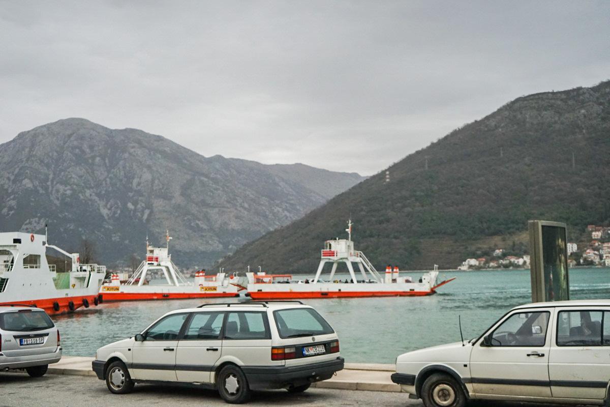 Kleine Fährschiffe im Wasser - Bucht von Kotor - Fähre - Montenegro