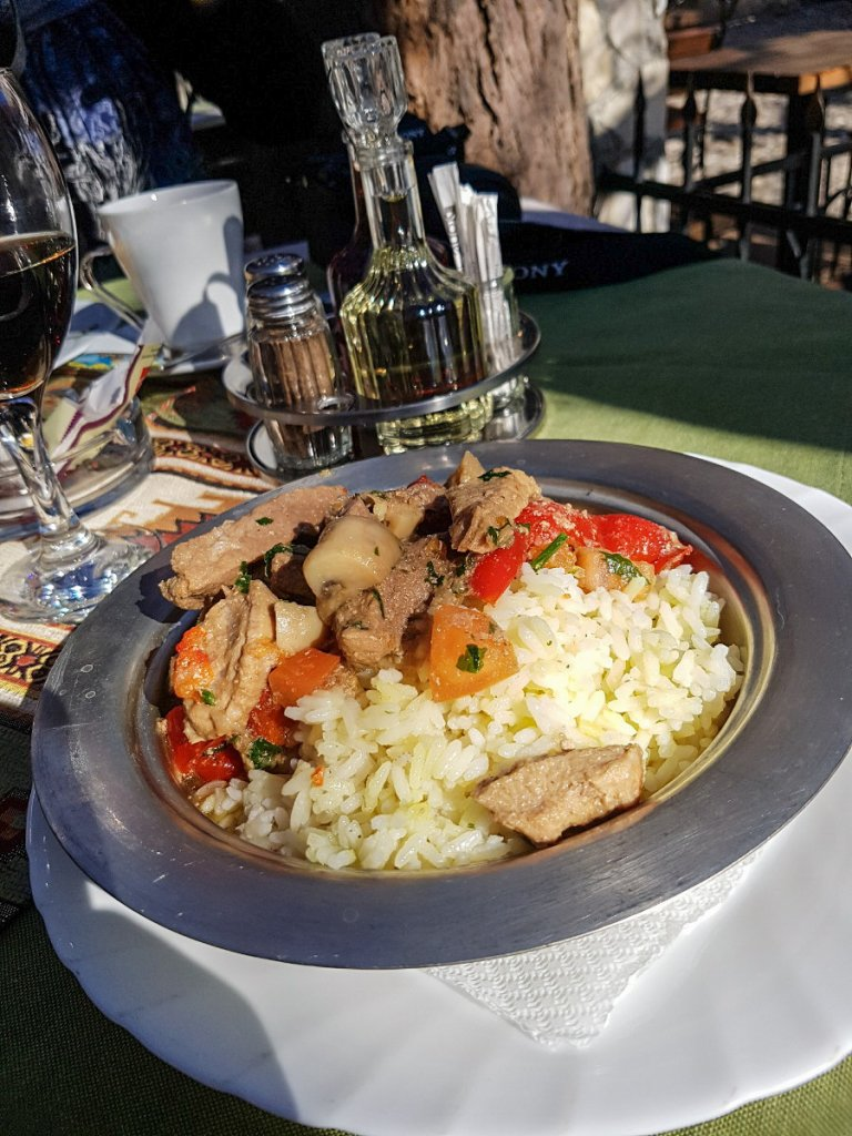 Fleischgericht mit Paprika und Reis.