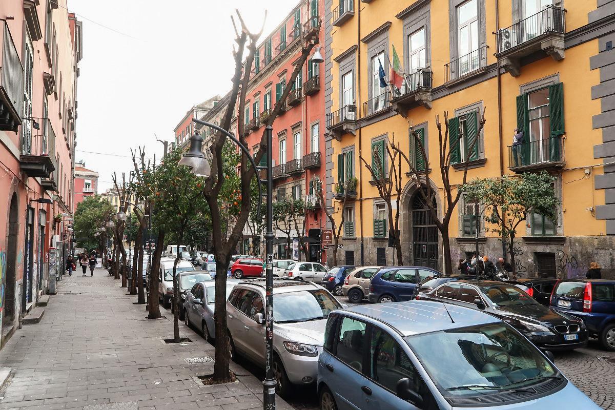 Saubere Strasse mit vielen geparkten Autos zwischen Häusern - Neapel