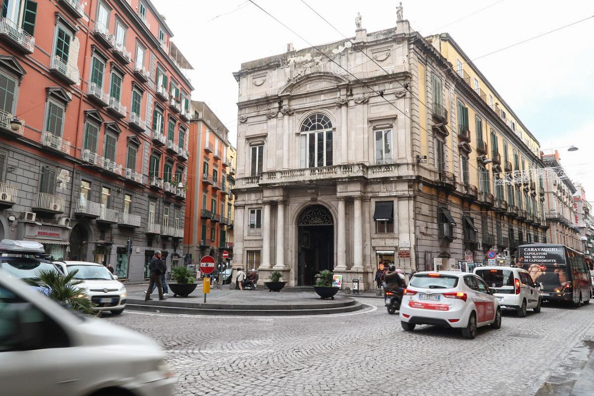 saubere Strassen, etwas Verkehr, eher dunkle bunte Gebäude - Neapel Sehenswürdigkeiten