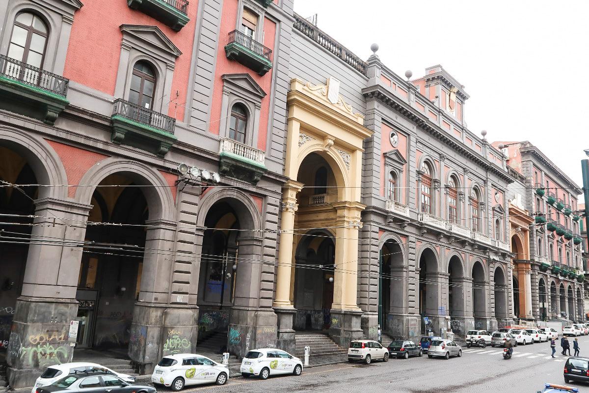 düstere Gebäude mit viel Grau - Neapel Innenstadt