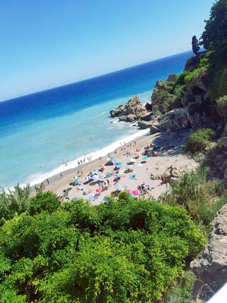 kleine Bucht mit Felsen und Bäumen umgeben, blaues Meer - Rundreise Andalusien, Reiseführer Andalusien