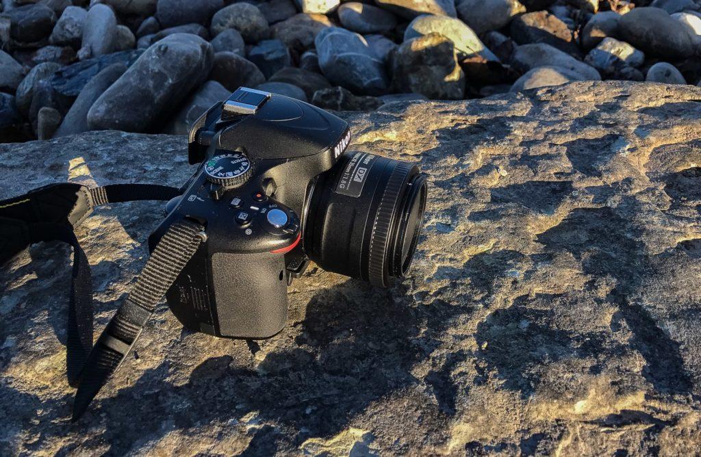 Kamera seitlich fotografiert mit Blick auf Objektiv
