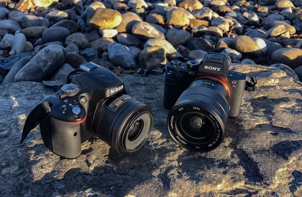 Zwei Kameras im Vergleich, fotografiert auf Steinen