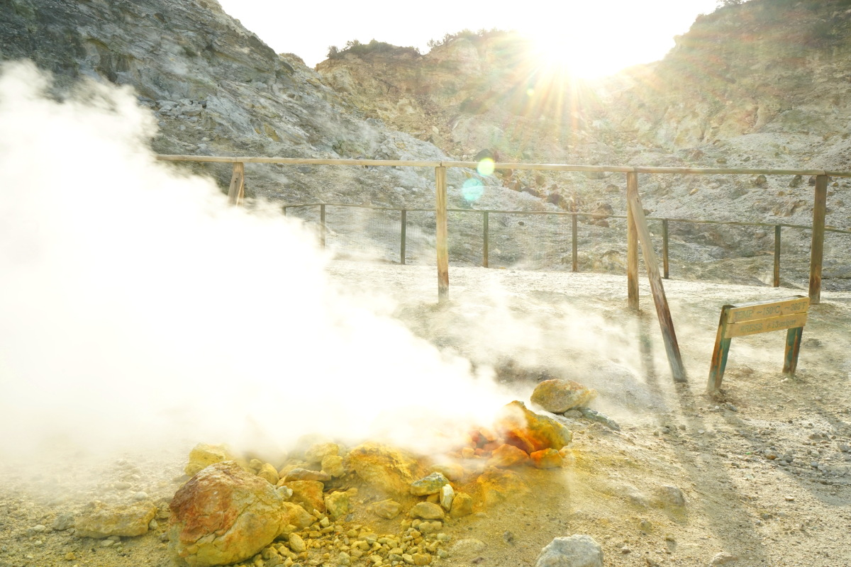 gelblich rote Steine, daraus Dampfsäulen bei Sonnenschein - Italien Rundreise
