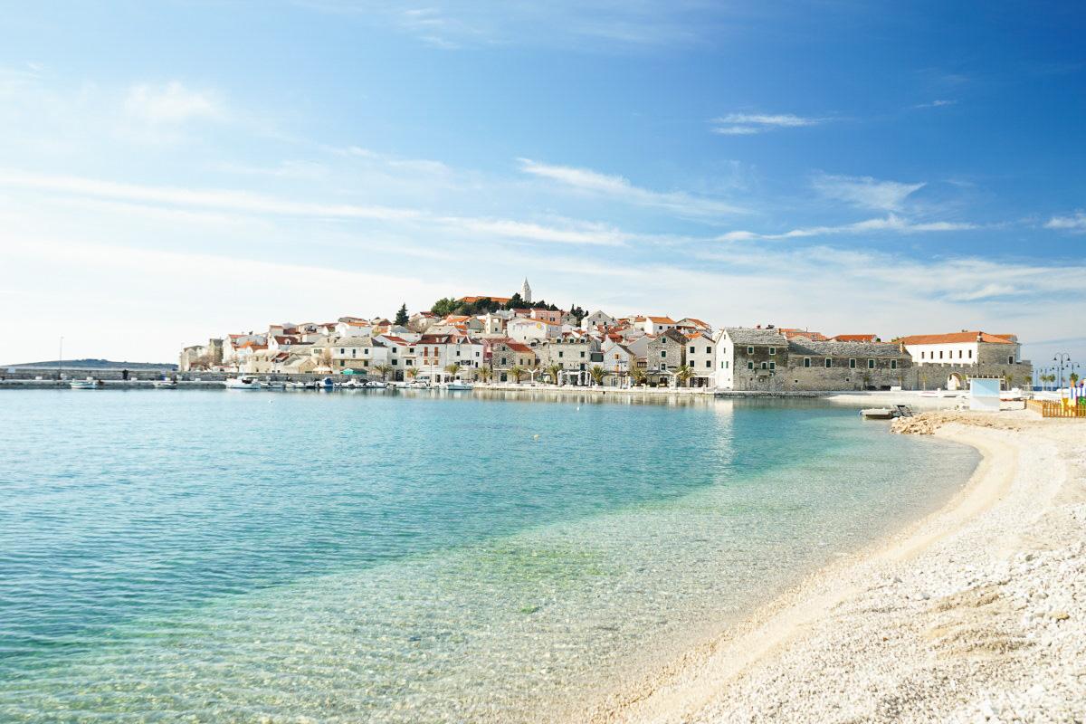 Türkisfarbenes Meer, steinerne Stadt, blauer Himmel - Primosten, Sehenswürdigkeiten Kroatien