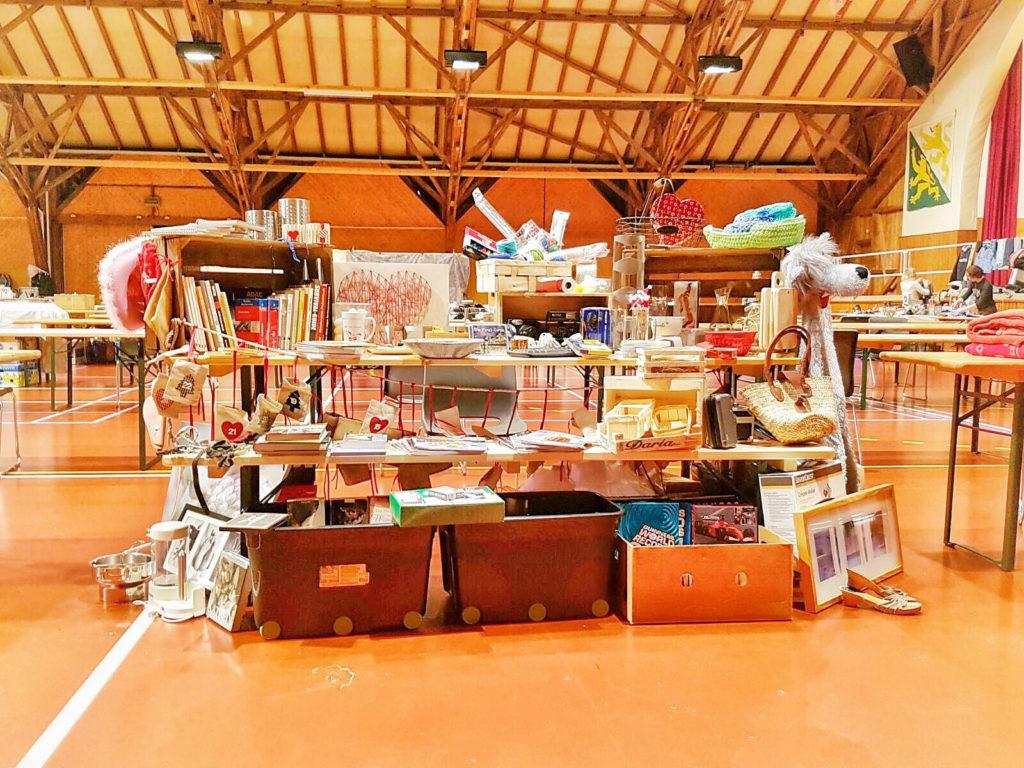 Tisch gefüllt mit unmengen von Dingen - Reisevorbereitung
