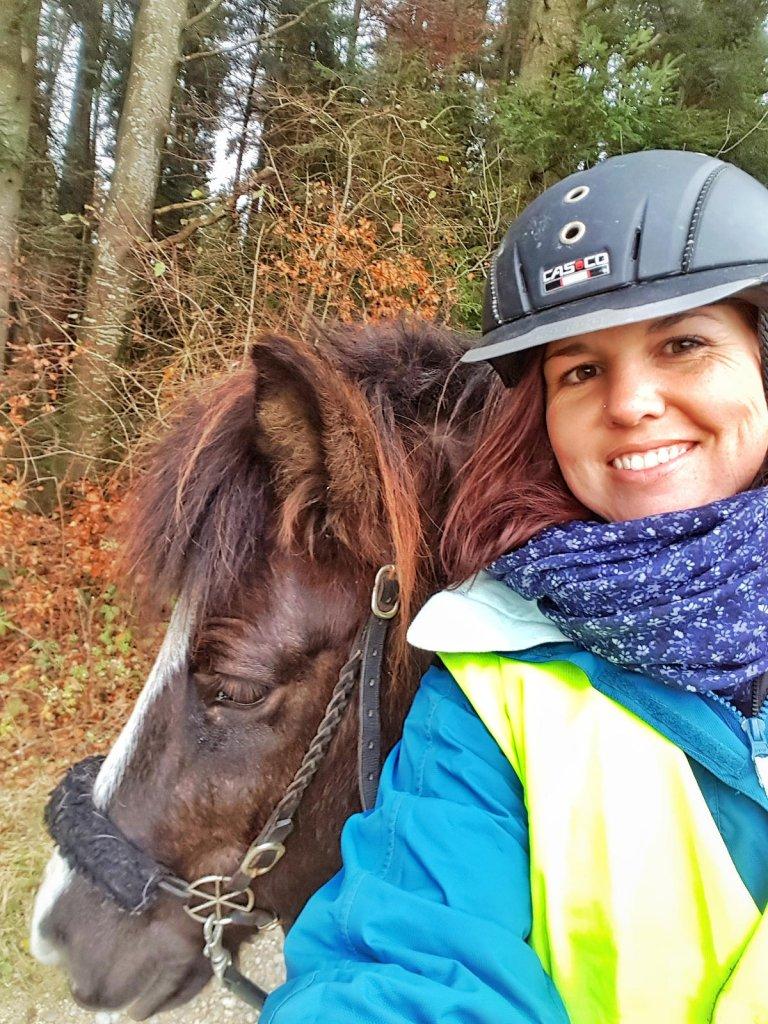 Steffi dick eingepackt mit Pferdekopf von schwarzer Stute - Reisevorbereitung