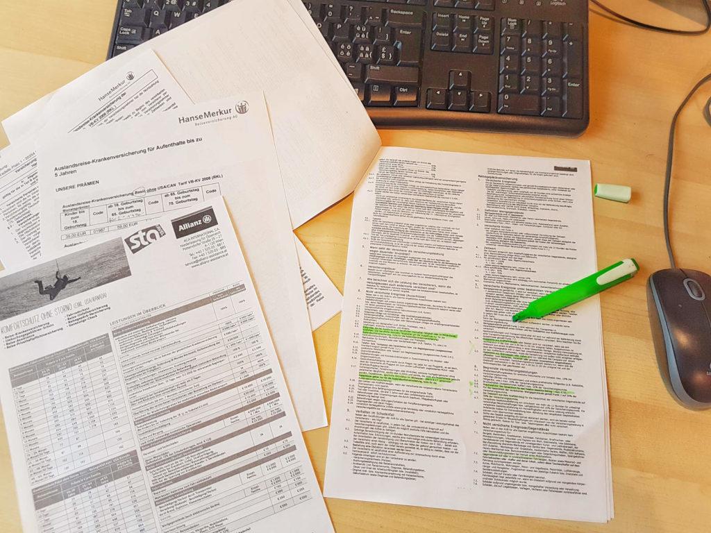 Papiere, Marker und grüne Stellen - Reisevorbereitung