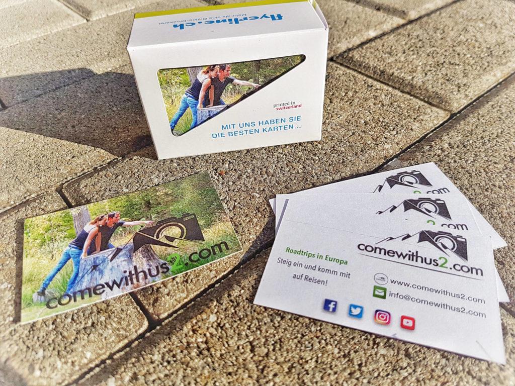 Visitenkarten vorne Logo und Kontaktdaten, hinten Bild von uns im Wald - Reisevorbereitung