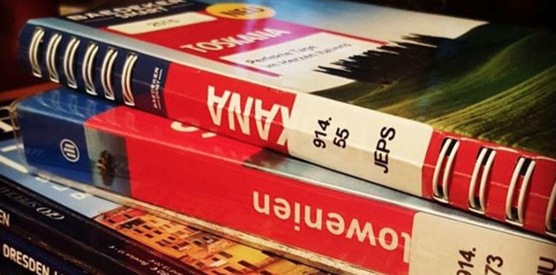 Reiseführer und Magazine mit Bibliothekkleber