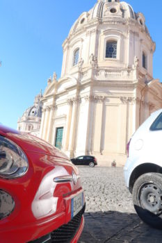 Fiat 500 vor antiker Baute