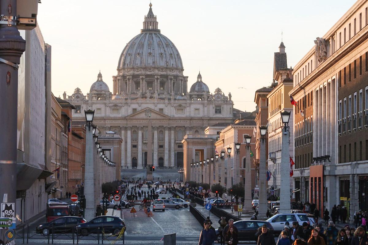 Säulengesäumte Allee mit Petersdom im Hintergrund