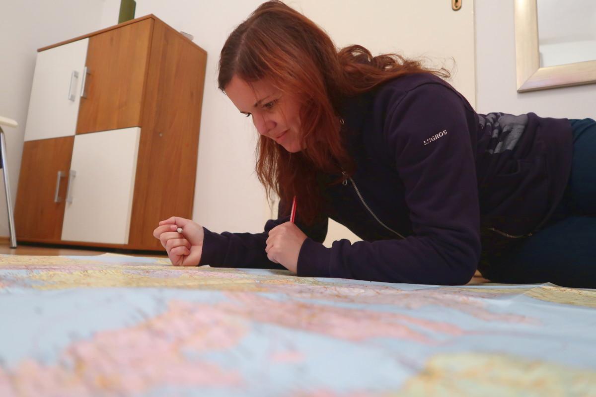 Steffi liegend auf Europakarte
