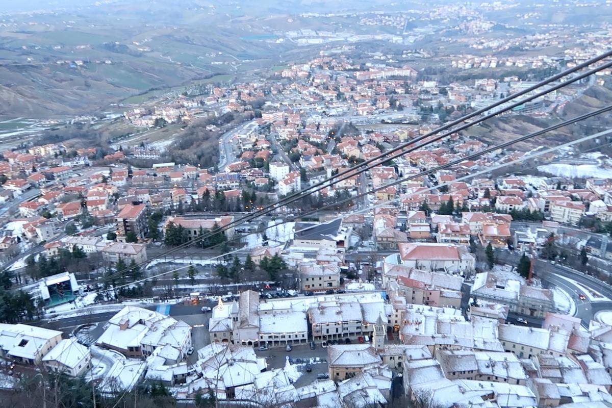 Seilbahn, Häuser teils mit Schnee
