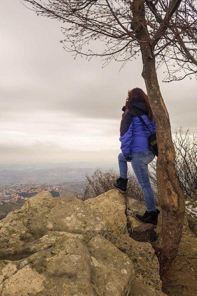 Steffi steht auf Felsen davor geht es runter - Ausblick in Ebene - Reise nach San Marino
