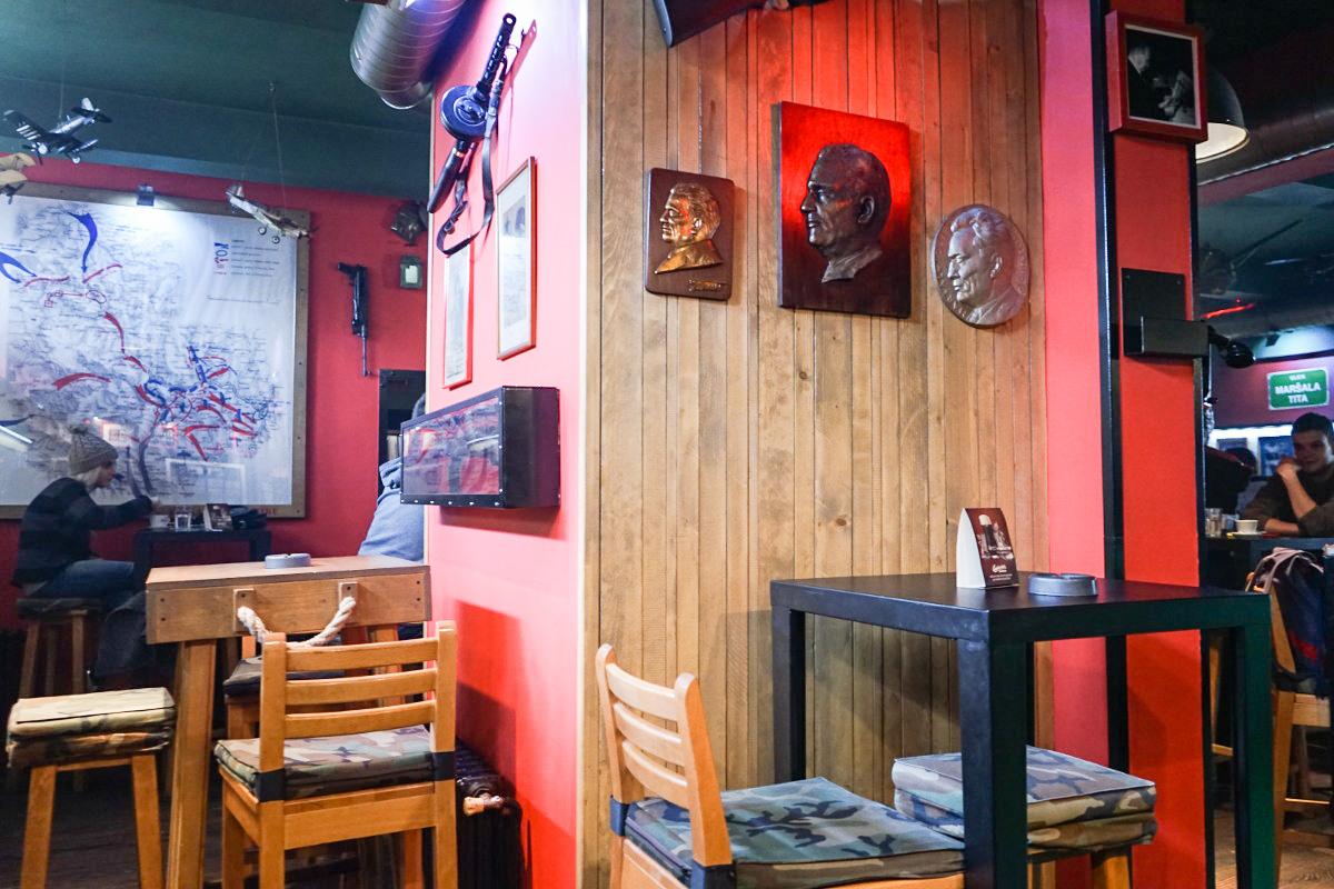 Im Café Tito