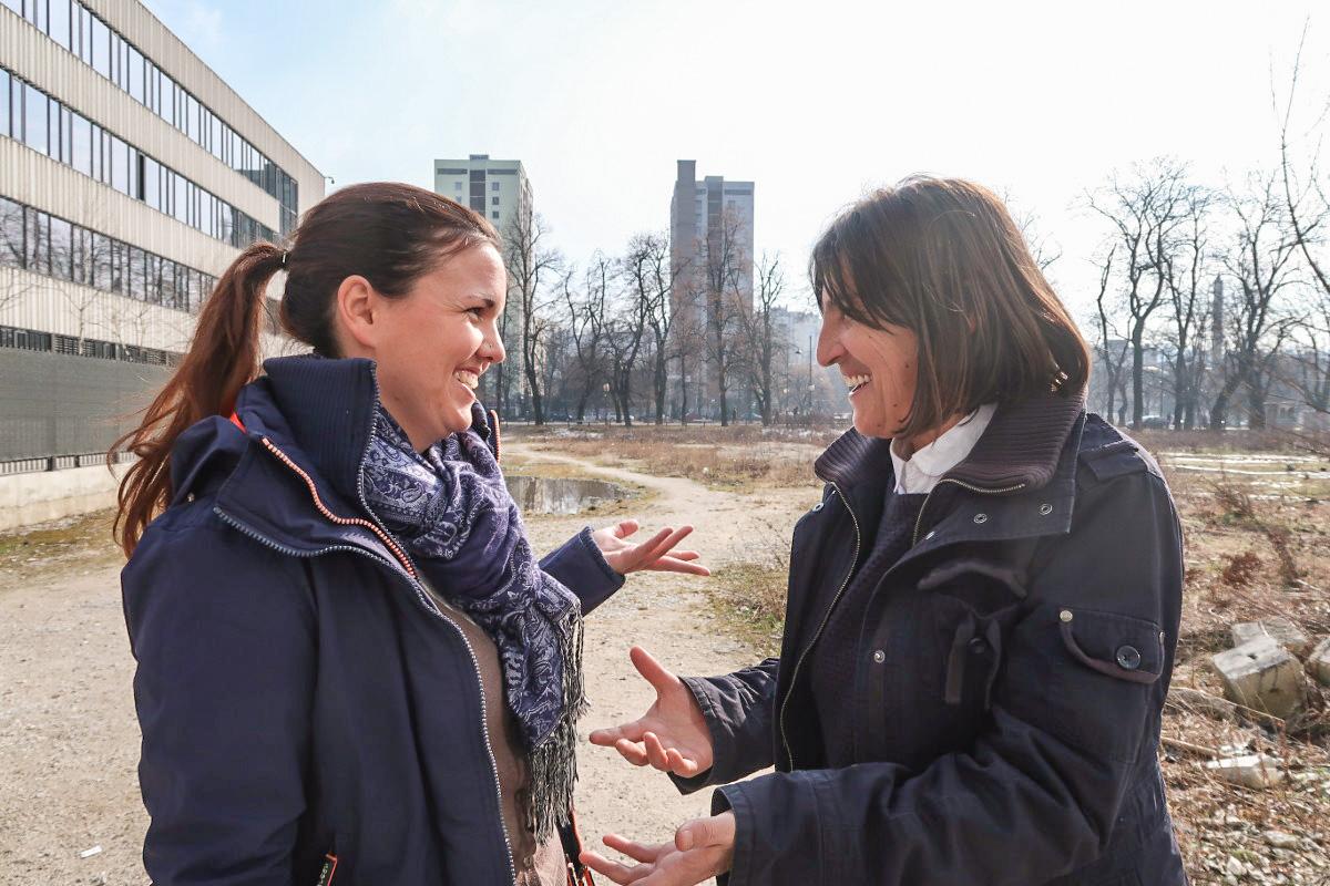 Die zwei Frauen mit Händen am diskutieren - Tierschutz Bosnien-Herzegowina