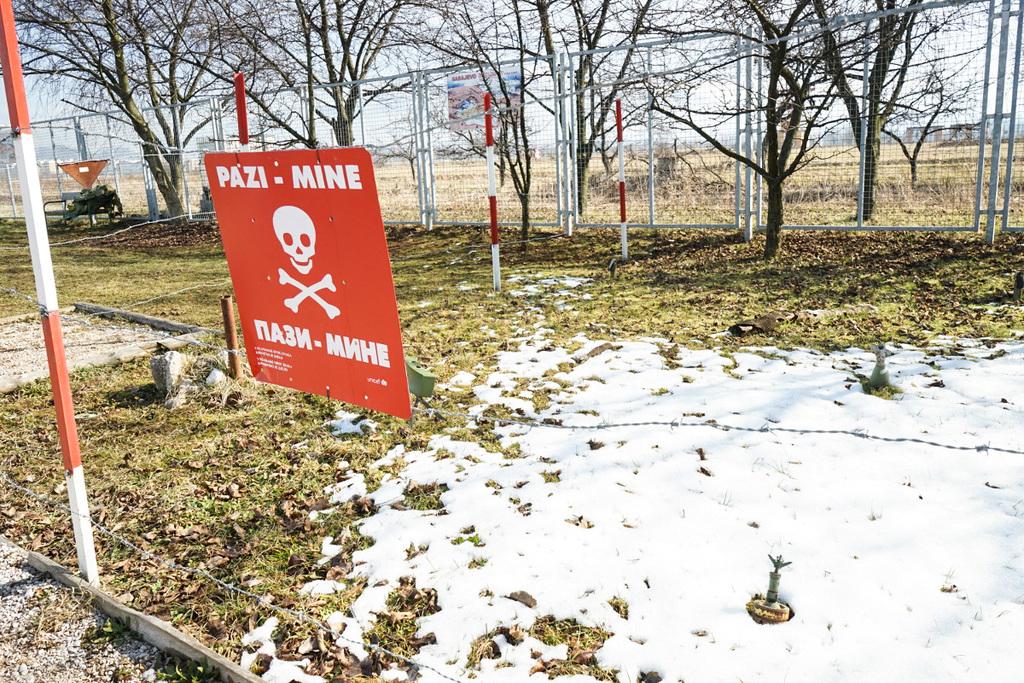 Rote Tafel mit Totenkopf - Reisen durch Bosnien