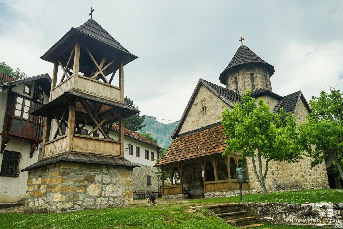 Hölzerner Kirchturm, Ovcar Banja Klöster