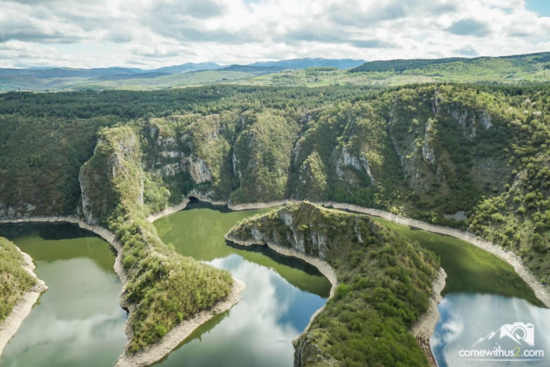 Flusswindungen durch die Hügellandschaft: Der Uvac Canyon - Sehenswürdigkeit Serbien