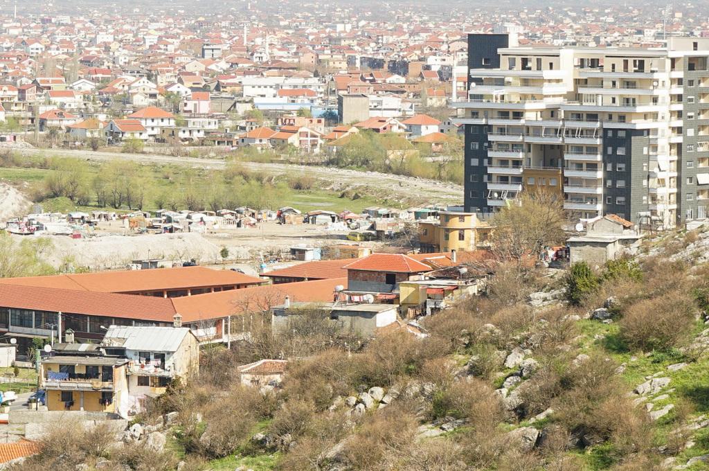 Ärmliche Hütten direkt neben Hochhaus, Albanien Reisen