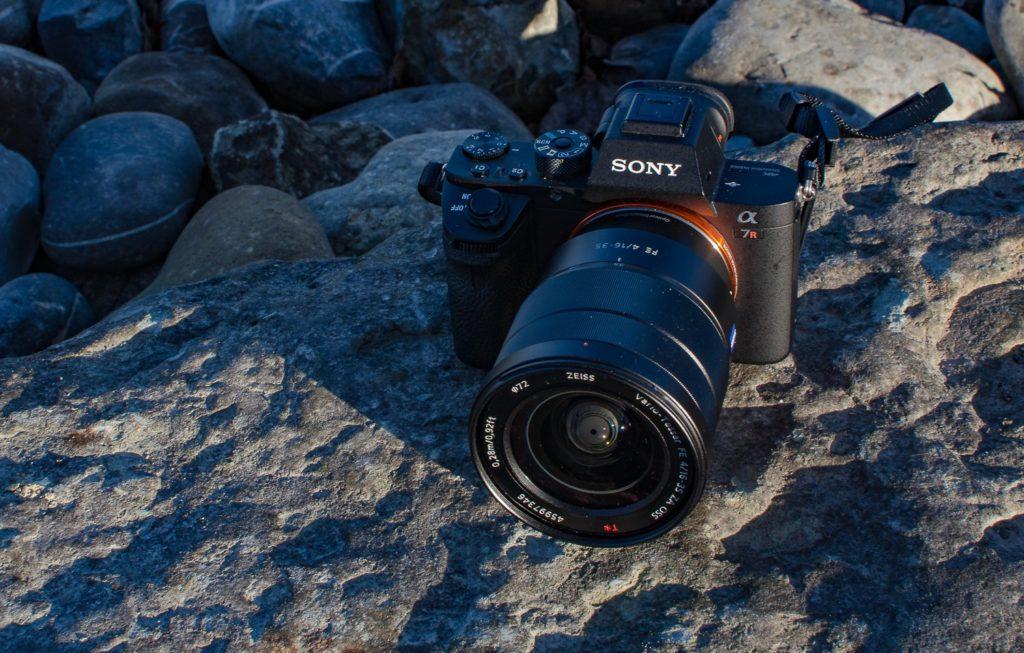Kamera Sony Alpha 7RII auf Steinen