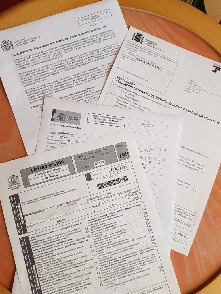 Verschiedene Formulare auf Tisch - Arbeiten Spanien N.I.E. beantragen