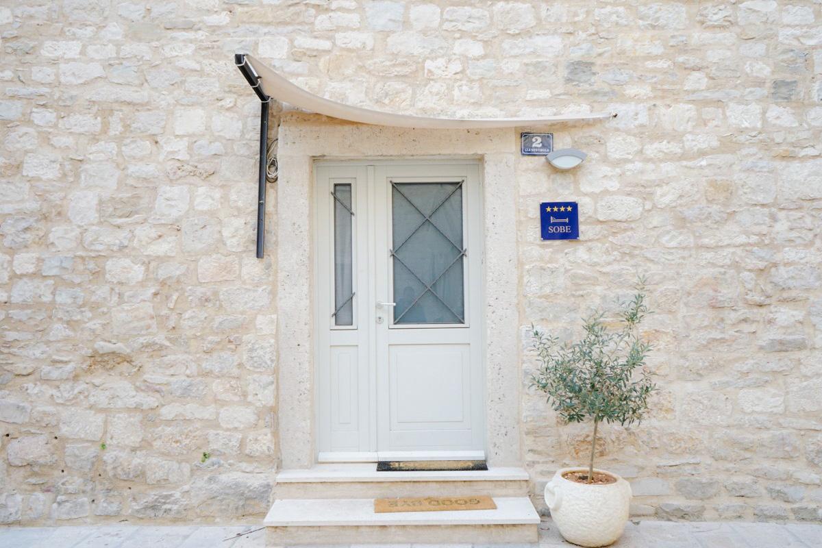 Tür mit Schild Sobre/Zimmer