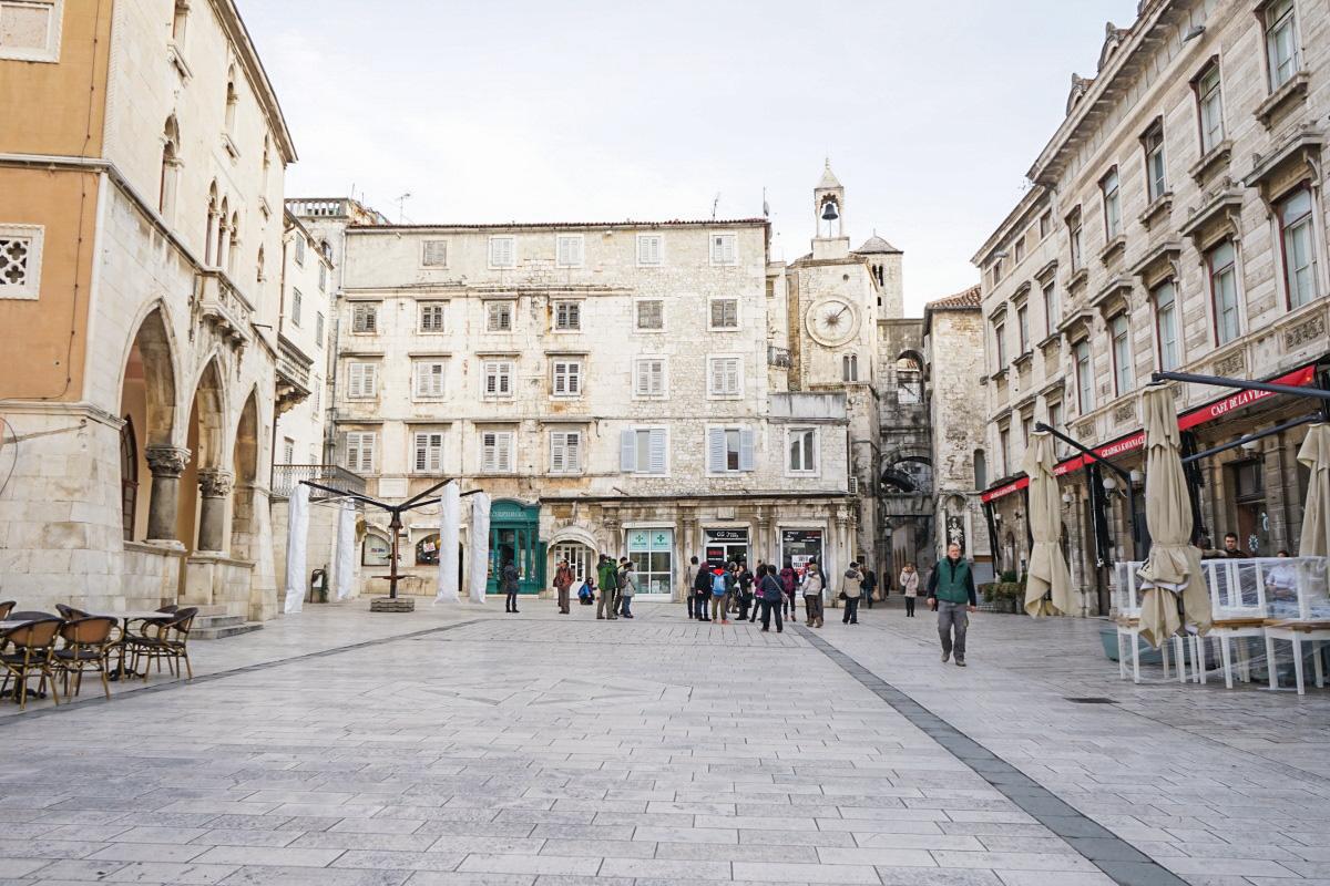 Platz von Steinhäusern umgeben und kleinem Kirchturm - Split Sehenswürdigkeiten Kroatien
