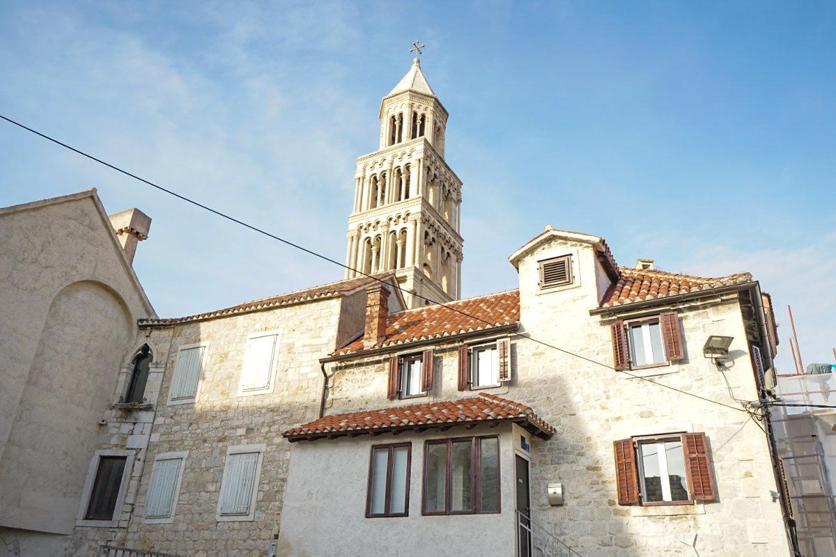 Häuserreihe und Kirchenturm im Hintergrund - Sehenswürdigkeiten Kroatien