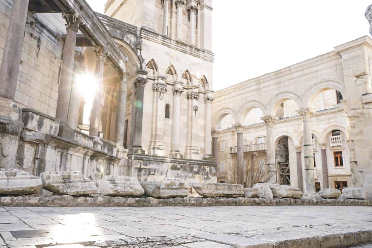 alte römische Baute mit Säulen - Split, Sehenswürdigkeiten Kroatien