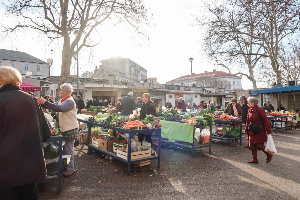 Händler bieten auf Tischen ihr Gemüse an - Split, Sehenswürdigkeiten Kroatien