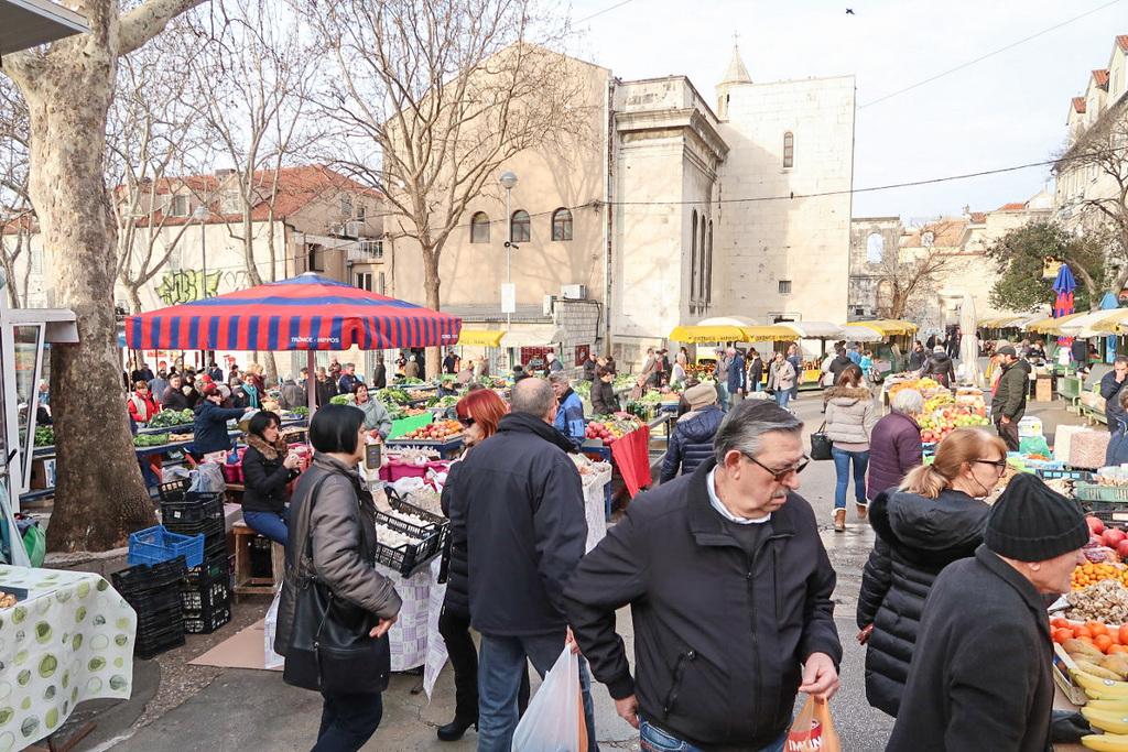 Viele Menschen, Händler mit Gemüse - Sehenswürdigkeiten in Split