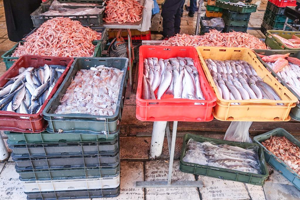 Fische in bunten Plastikkisten zum Verkauf angeboten - Split, Sehenswürdigkeiten Kroatien