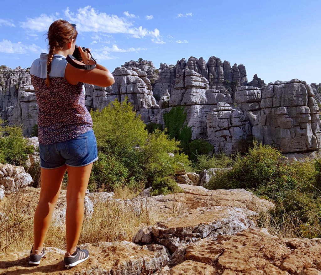 Steffi fotografiert Gesteinsformationen im El Torcal - Rundreise Andalusien