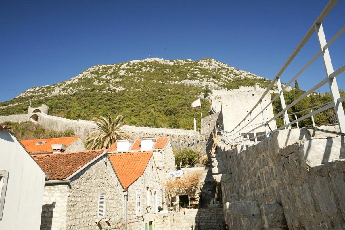 Steinmauer bis auf Hügel hinauf - Ston, Sehenswürdigkeiten Kroatien
