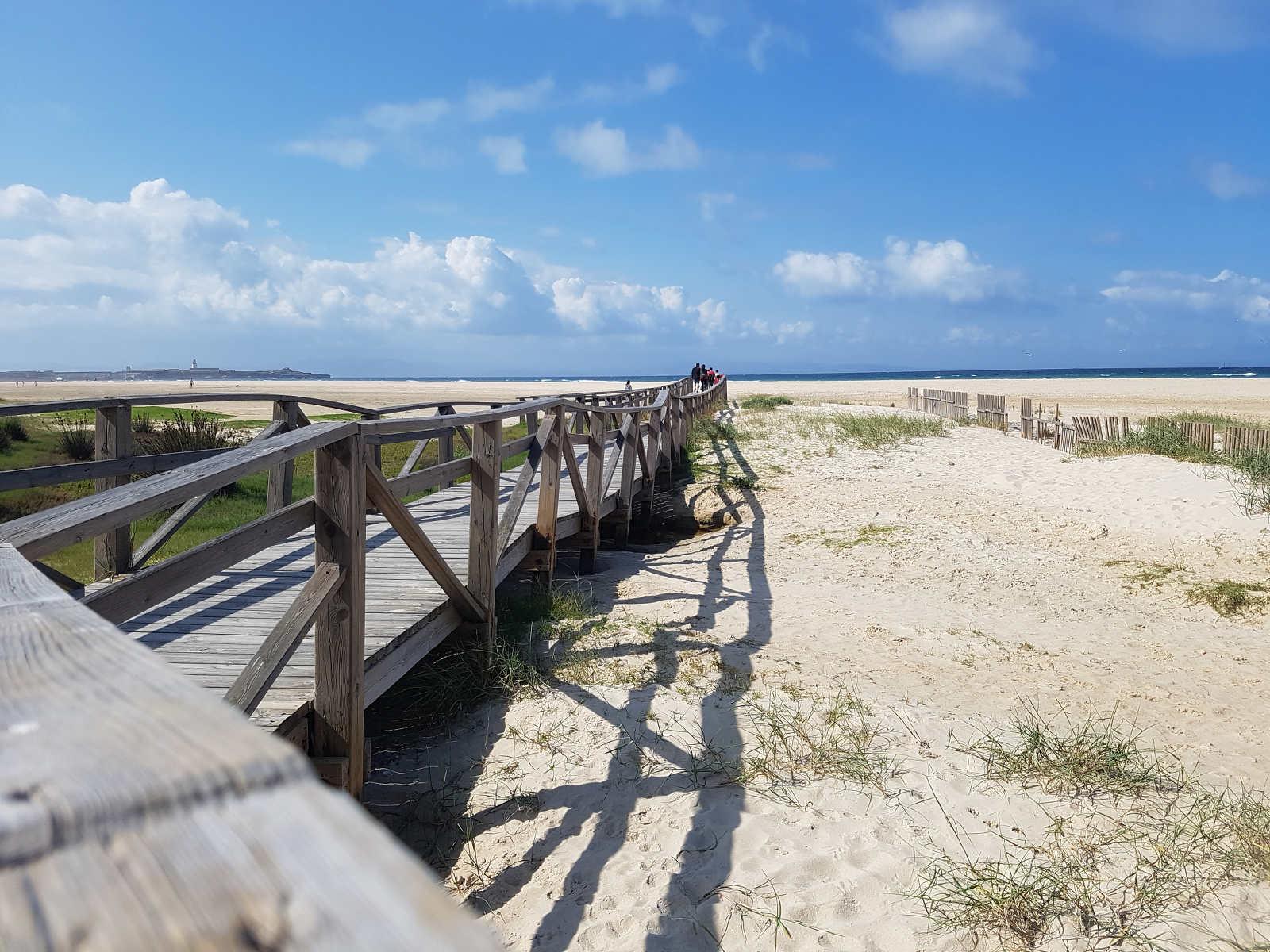 Holzsteg raus auf den weissen Sandstrand - Roadtrip Spanien