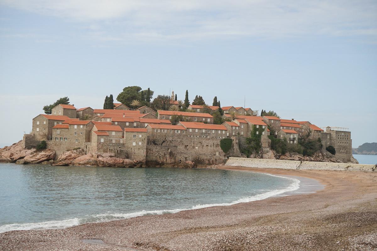 Kleiner Ort, kompakt gebaut, auf kleiner Insel - von Nahe - Sveti Stefan, Montenegro