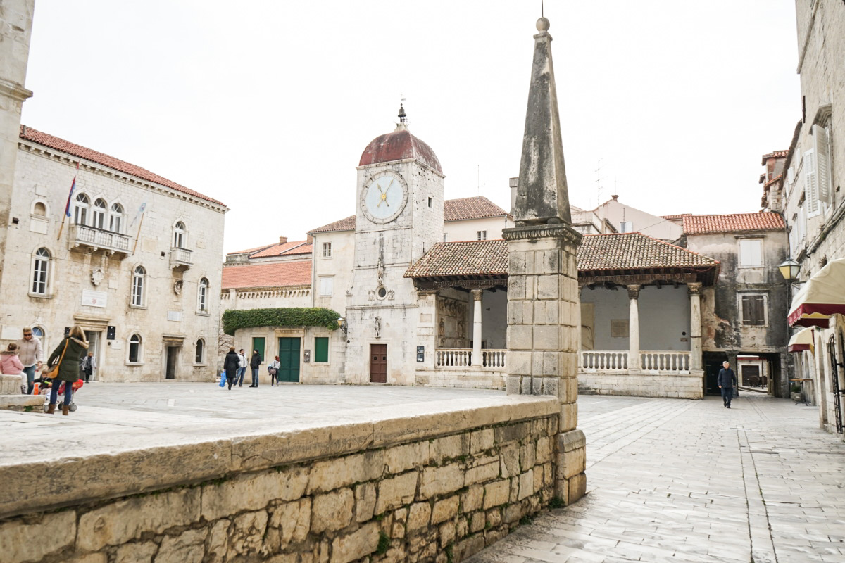 Kirche mit Uhr, davor grosser Platz - Trogir, Sehenswürdigkeiten Kroatien