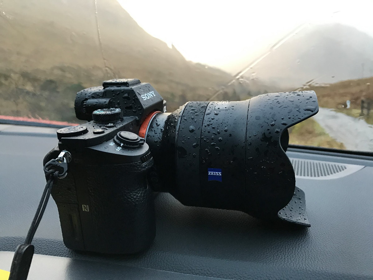 Kamera mit Objektiv mit Regentropfen - Sony Alpha 7RII