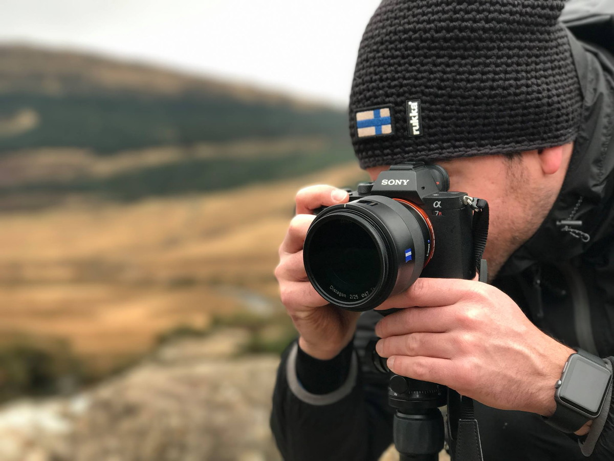 Stefan Tschumi schaut durch Sucher der Sony Alpha 7SII