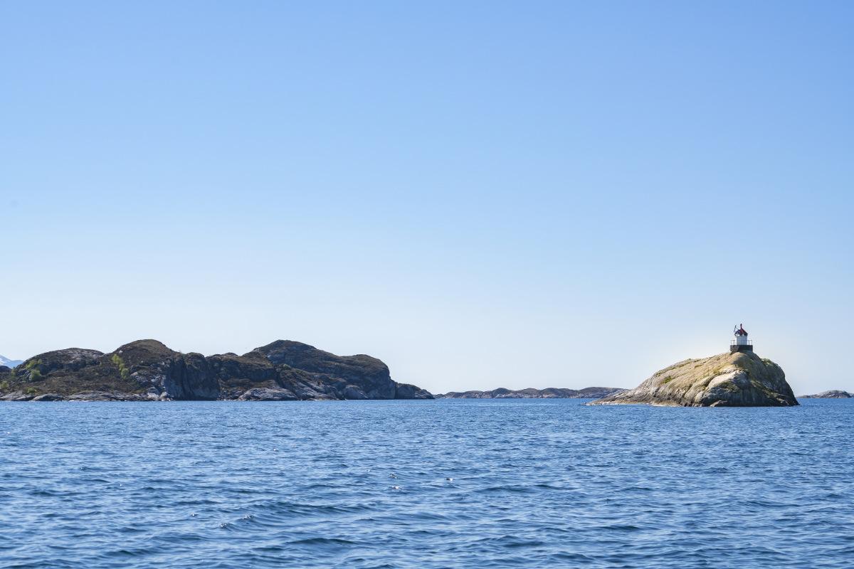 Insel vor Küste, blauer Himmel - Fotolicht