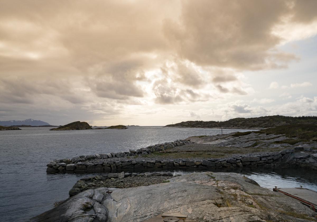 Meer, Küste, wolkenverhangener Himmel - beste Tageszeit für Fotos