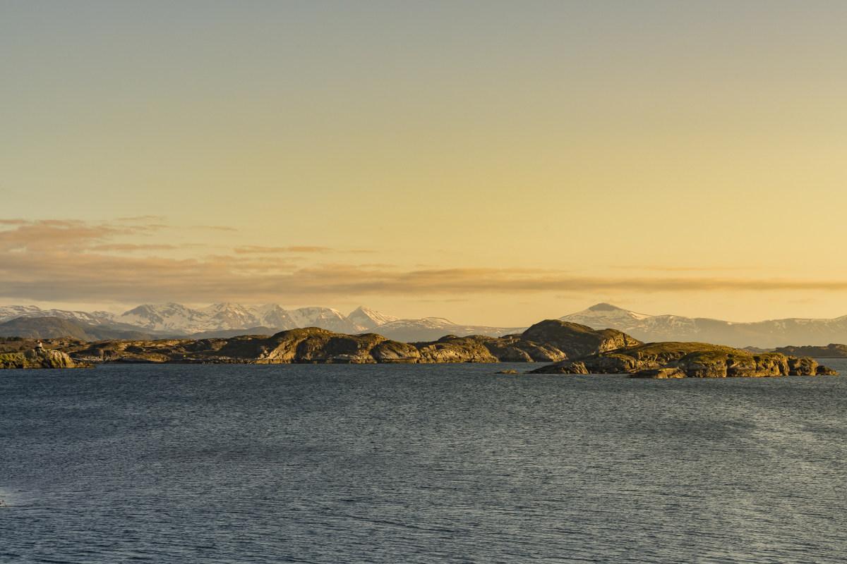 Küste in gelblich warmen Licht - goldene Stunde