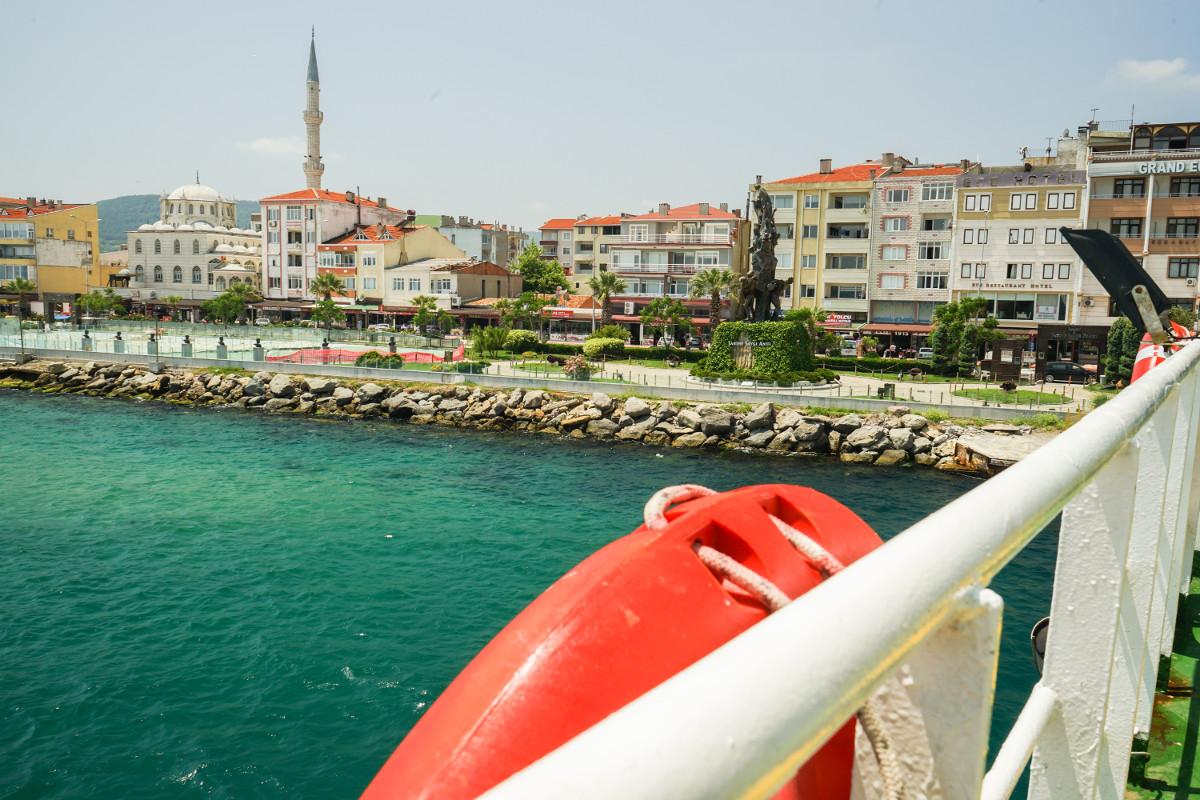 Fährüberfahrt Eceabat nach Canakkale: Blick über Reeling zum Hafen